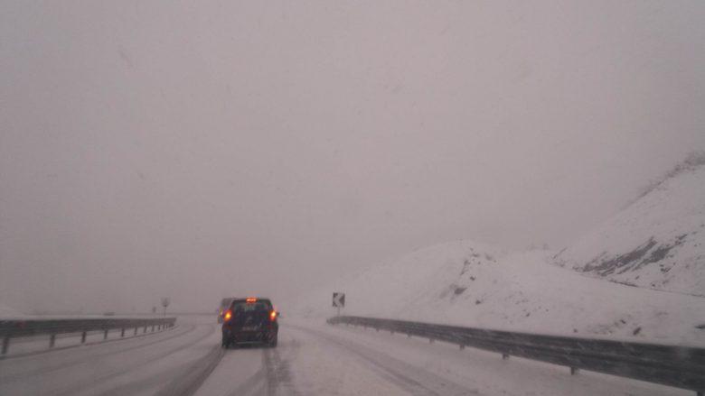 Rrugën e Kombit e ka mbuluar bora, vozitësit duhet të kenë kujdes (Foto)