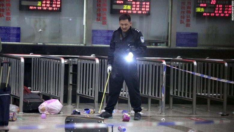 Sulmuesit me thikë vrasin 29 persona dhe plagosin 130 në një stacion të trenave në Kinë