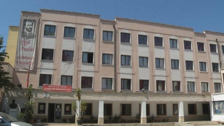 """Historia e panjohur e vitit 1963: Kur nxënësit shkruanin në mure """"Vdekje Enver Hoxhës"""" (Foto të rralla)"""