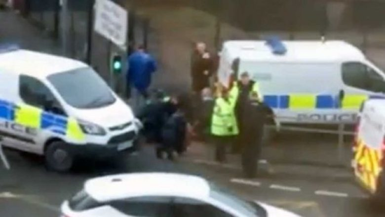 Momenti dramatik kur një burrë shtrihet për tokë nga policia – policia kishte gjetur një grua të vdekur në banesë (Video)