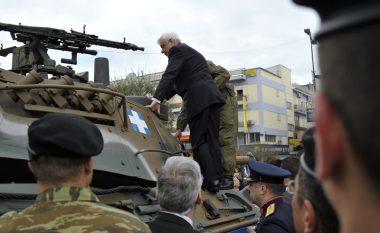 I hipur mbi një tank, presidenti grek ka një mesazh për Erdoganin: I respektojmë miqtë, por nuk u frikësohemi armiqve!