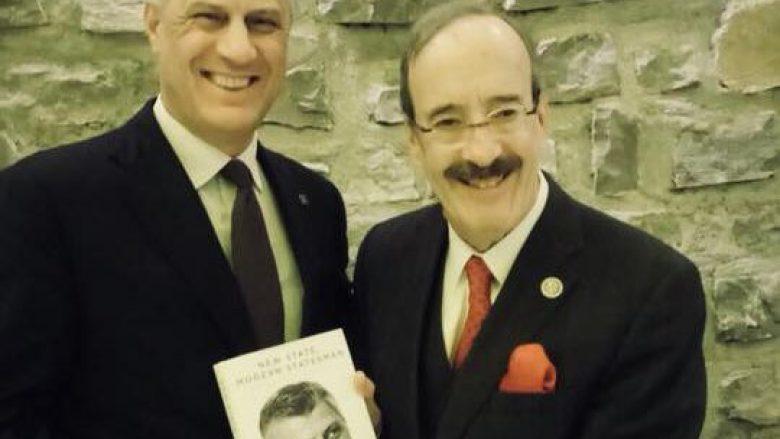 Në ditëlindjen e tij, Engel merr dhuratë librin me biografinë e Thaçit (Foto)