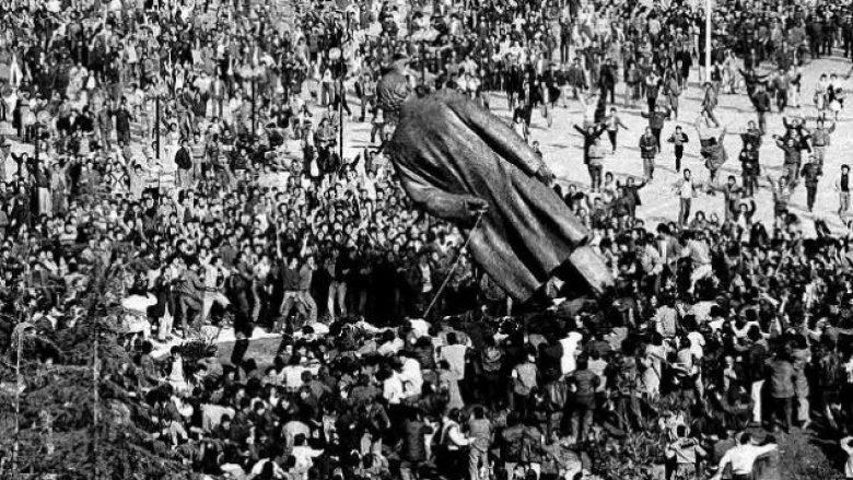 27 vjet nga rrëzimi i bustit të Enver Hoxhës