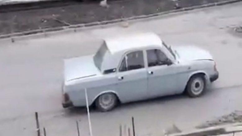 Besojeni ose jo, në këtë veturë gjenden 17 persona! (Video)