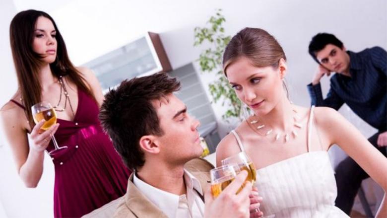 Çfarë të bësh nëse të pëlqen ish i dashuri i shoqes tënde më të ngushtë?