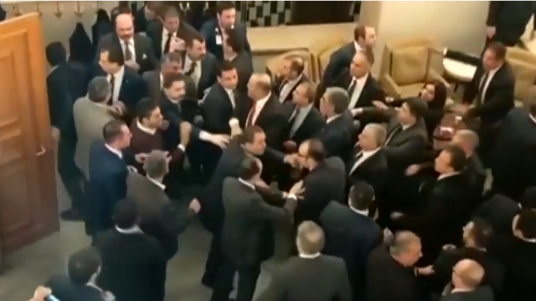 Shtyrje dhe grushta mes deputetëve në Parlamentin turk (Video)
