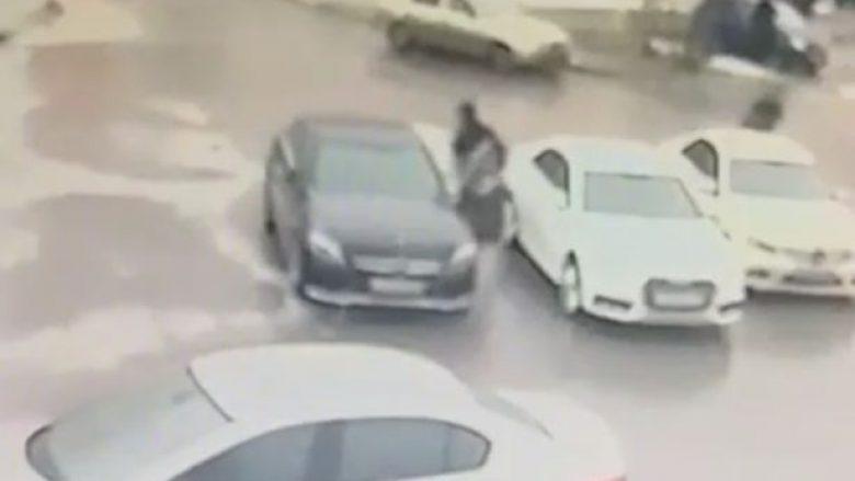 I vënë bombë nën veturë, pronari i saj i shpëton vdekjes pasi nuk eksplodon (Video)