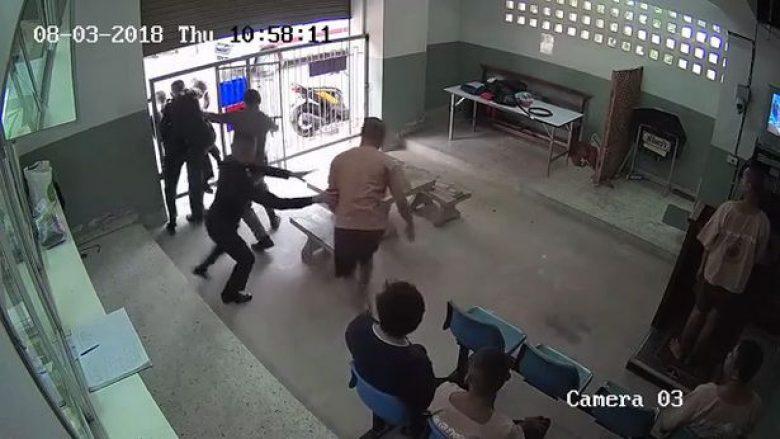 Image result for I burgosuri heq prangat nga duart dhe arratiset para hundëve të gardianëve, pasi i vihen pas e qëllojnë për vdekje (Video)