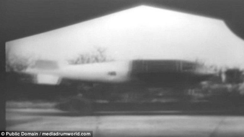 """Momenti kur forcat ajrore britanike lëshojnë bombat 11 tonëshe """"Grand Slam"""" mbi qytetin gjerman gjatë Luftës së Dytë Botërore (Video)"""