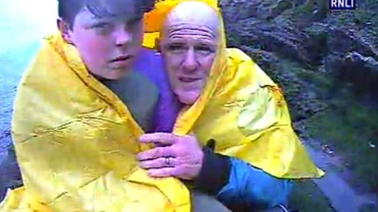 Babë e bir po lundronin me anije kur ajo u përmbys, adoleshenti rrezikon jetën për ta shpëtuar të atin që humbi vetëdijen në ujërat e ftohta (Video)