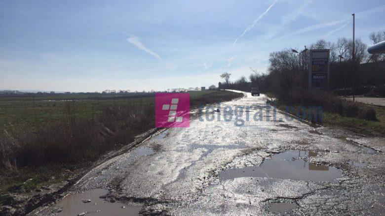 Rruga që lidh disa fshatra me Vushtrrinë në gjendje të keqe (Foto/Video)