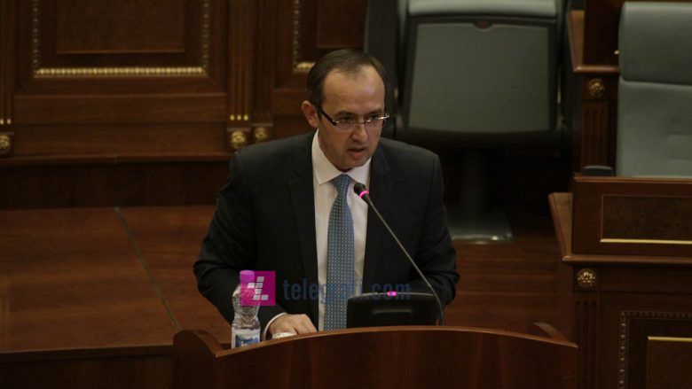 Hoti: Personat me aktakuzë po vazhdojnë të jenë pjesë e Qeverisë Haradinaj