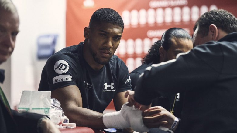 Joshua i fokusuar teksa i vendos dorëzat e boksit për përballjen me Parker