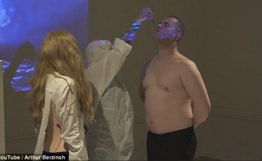 Hetime për instalimin artistik: Vullnetarët ushqehen me mishin e pjekur, që ua prenë nga trupi (Video)