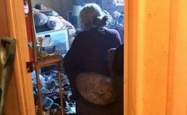 Jetonte e vetmuar në banesën përplot mbeturina (Foto)