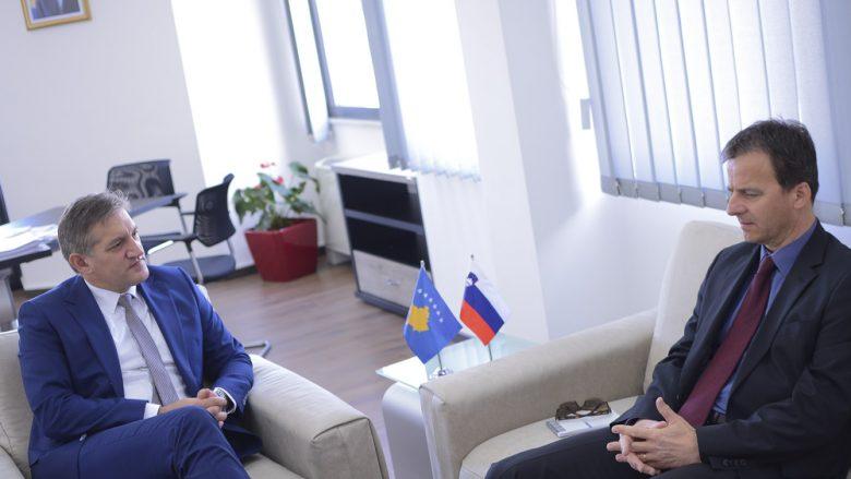Ministri Beqaj dhe ambasadori Bertoncelj flasin për mundësitë e bashkëpunimin në fushën e inovacionit
