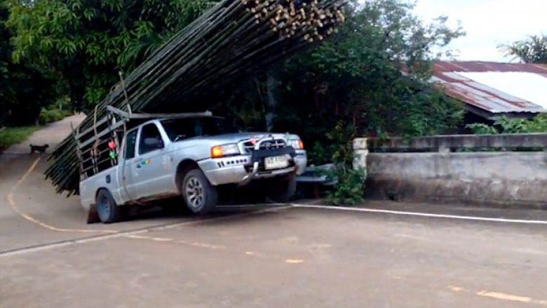Mbingarkesa ishte e tepruar, mjaftoi një pjerrtësi e vogël në rrugë që gjithçka të rrëzohet (Video)