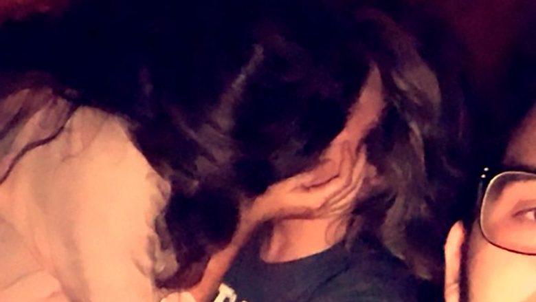 """""""Ne të tre"""": Bëri 'selfie' me të dashurën, e cila po puthej me tjetrin në një aheng (Foto)"""