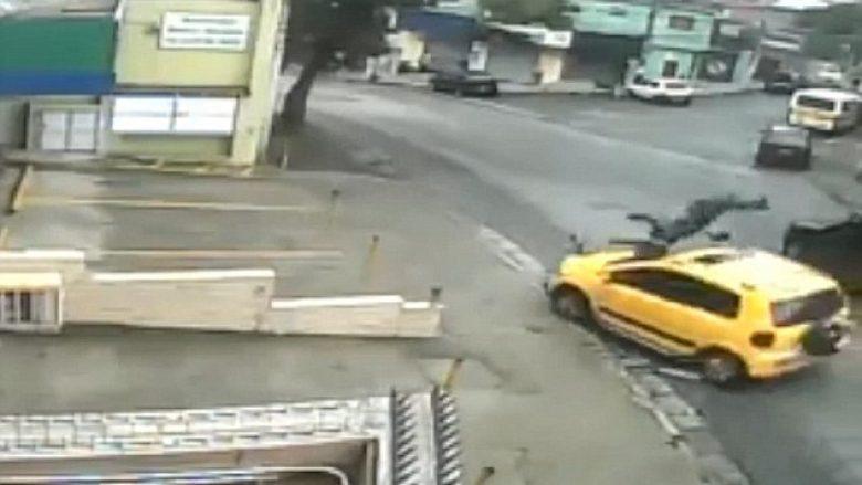 Përplasja e hodhi në tavanin e veturës, prej aty telefonoi ndihmën e shpejtë (Video)