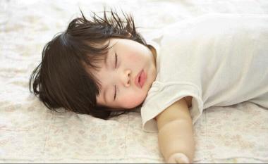 Kur duhet bebet të fillojnë të flejnë në dhomën e tyre