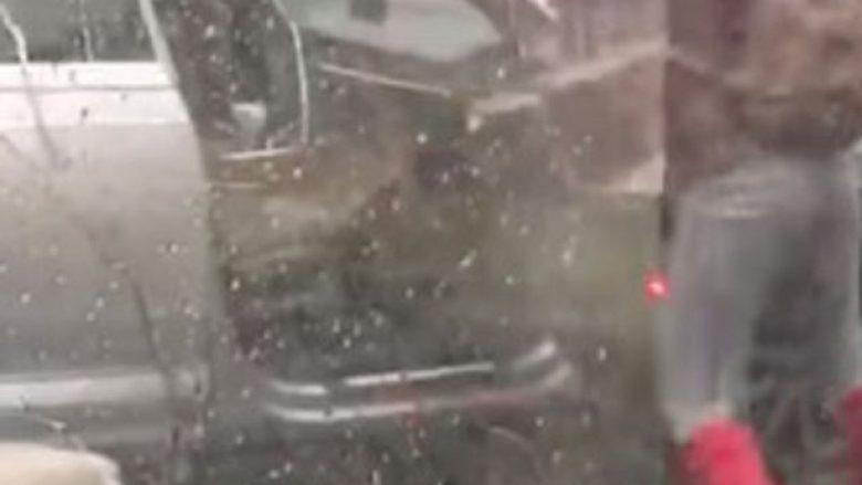Stuhia e fuqishme nuk e lejonte të mbyllte derën e veturës (Video)