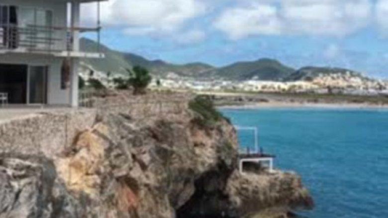 Turisti 'paralajmëron verën' duke kërcyer në ujë nga kulmi i hotelit, sipër shkëmbit (Video)