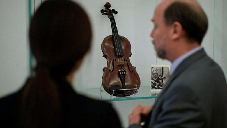 Violina që i përkiste Ajnshtajnit, shitet në ankand për 420 mijë euro (Foto)