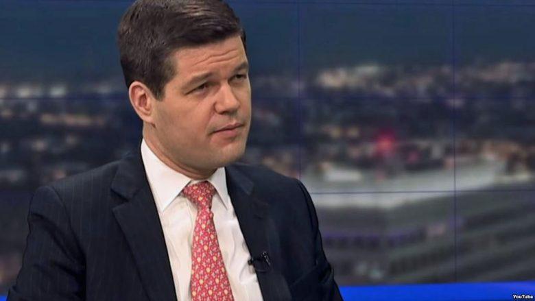 Ndihmës sekretari Wess Mitchell viziton Shkupin për të kumtuar porositë e SHBA-ve