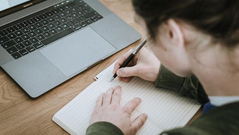 Shkrimi me dorë apo me tastierë – cila është më e mirë për trurin?