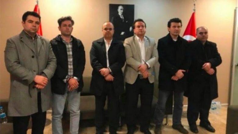Familjarët e turqve të arrestuar: Të deportuarit janë në burgun e Stambollit