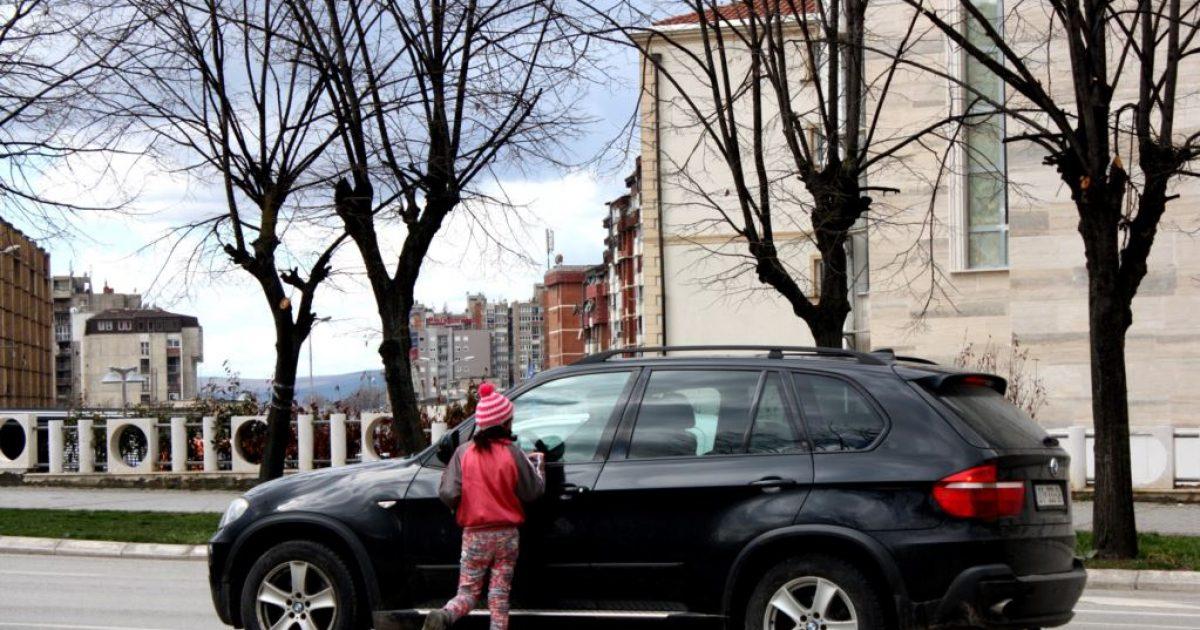 Fëmijët lënë shkollën, punojnë për të ndihmuar familjen