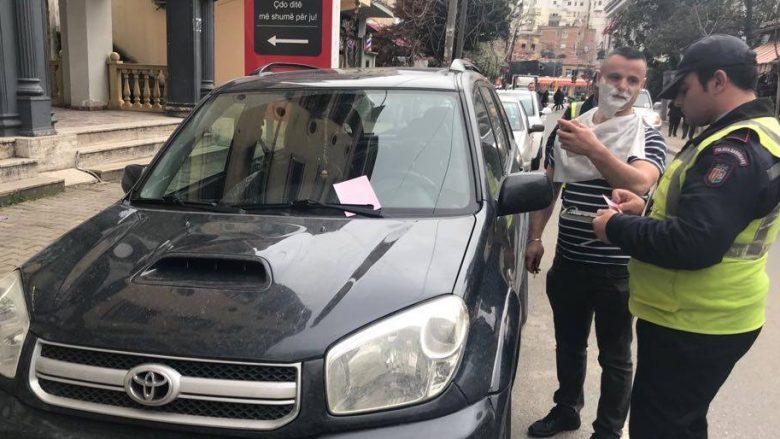"""Ishte duke u rruar te berberi, shqiptari e kuptoi se jashtë """"po qethej nga pushteti""""! (Foto)"""