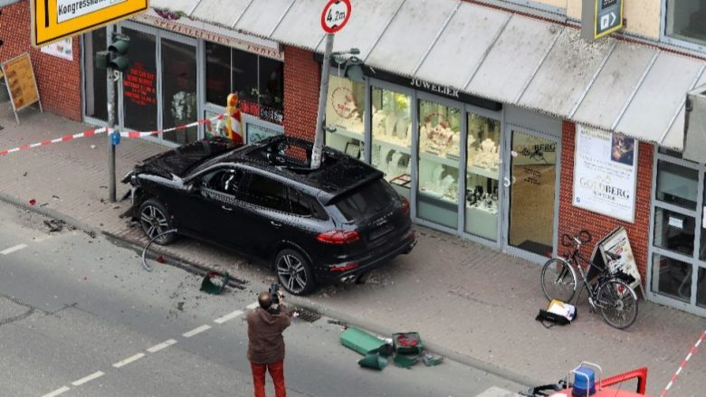 Si është e mundur? Pas një aksidenti, shtylla futet në kabinën e Porsche Cayenne! (Foto)