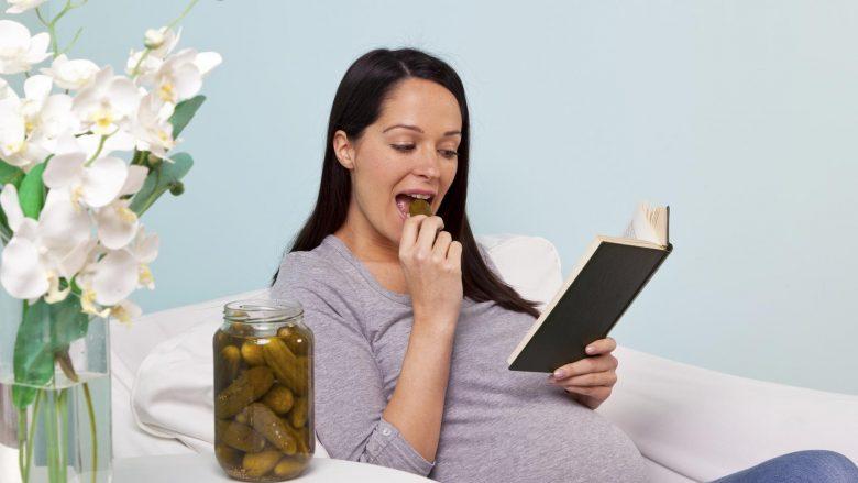 Përse shtatzënat adhurojnë ushqimin e thartë?