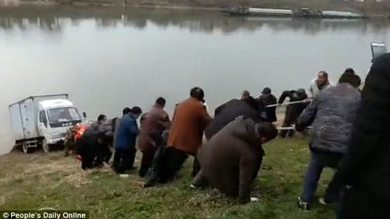 Kamioni rrezikonte të binte në lumë, momenti kur rreth 100 burra e tërhoqën me litarë (Video)