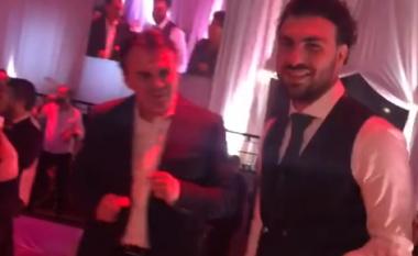 Atmosferës së dasmës nuk i reziston Ledri Vula, vallëzon si kurrë më parë (Video)