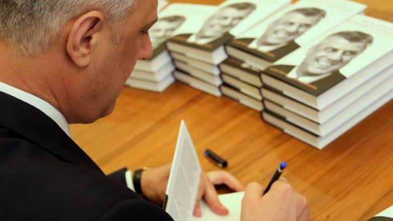 Presidenti Thaçi në Londër promovon librin që i dedikohet atij (Foto/Video)