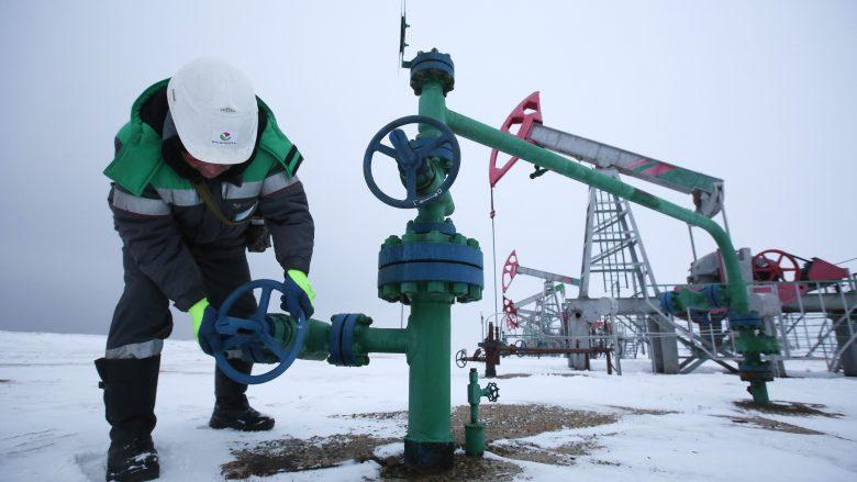 Çmimet e naftës së papërpunuar vazhdojnë të bien