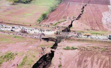 """""""Një kontinent i ri nga Afrika"""": Pamje që tregojnë çarjen masive të tokës në Kenia (Video)"""