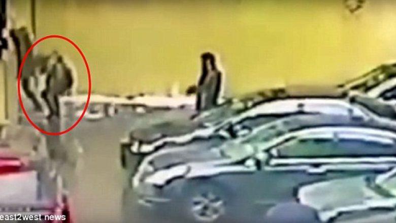 Kishte dalë nga zyra për të pirë një cigare, goditet nga një copëz akulli – pëson dëmtim serioz në tru (Video)