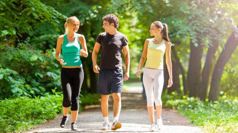 Si e ndryshojnë 15 minuta ecje në ditë trupin tuaj