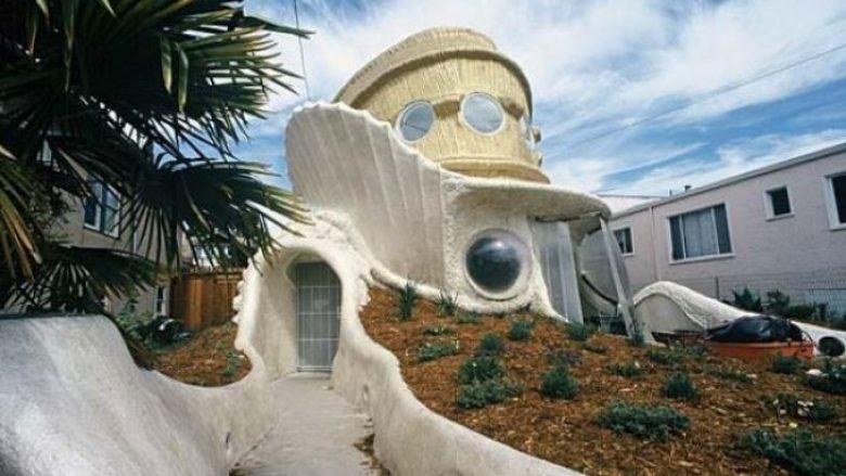 Ajo u ndërtua nga arkitekti Sam Tsui dhe ndodhet në Berkeley, Kaliforni. Shtëpia Tsui është mbrojtur nga krijuesi i saj si një nga shtëpitë më të sigurta në botë.