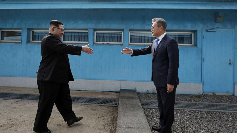 Pas 65 viteve, Kim Jong bëhet lideri i parë i Koresë së Veriut që kalon kufirin dhe takohet me presidentin e Koresë së Jugut (Live)