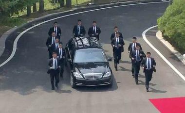 Takimi historik i liderëve të dy Koreve: Kim Jong-un brenda limuzinës që e ruajnë 12 truproja që vrapojnë pas saj (Video)