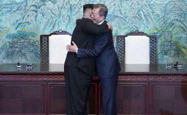 Ekspertja e gjuhës së trupit tregon se çfarë mesazhi përçuan liderët e dy Koreve (Foto/Video)