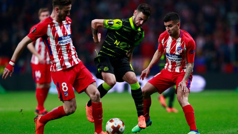 MADRID, SPAIN - APRIL 05: Bruno Fernandes (2ndL) of Sporting CP competes for the ball with Saul Niguez (L) of Atletico de Madrid and his teammate Angel Martin Correa (R) during the UEFA Europa League quarter final leg one match between Club Atletico Madrid and Sporting CP at Wanda Metropolitano stadium on April 5, 2018 in Madrid, Spain. (Photo by Gonzalo Arroyo Moreno/Getty Images)