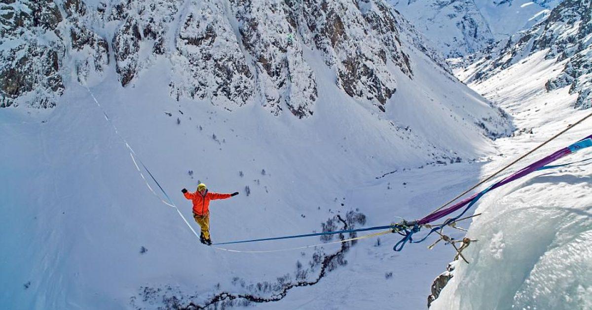 Kalimi ekstrem nëpër litarin mes dy kodrave malore, në lartësinë prej 170 metrave (Video)