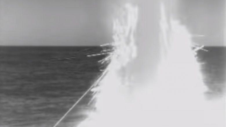 Pamje që thuhet se tregojnë momentin kur një raketë Tomahawk del nga deti dhe niset drejt objektivit në Siri (Video)