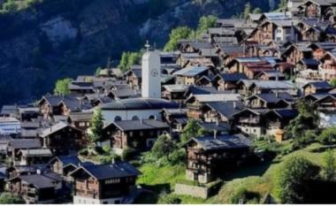 Fshati zviceran që ofronte të holla për t'i shpëtuar boshatisjes, tani ka familjen e parë