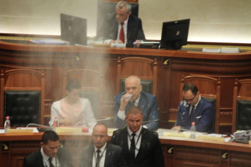Ministri Bushati e gjuan me miell opozitën (Video)